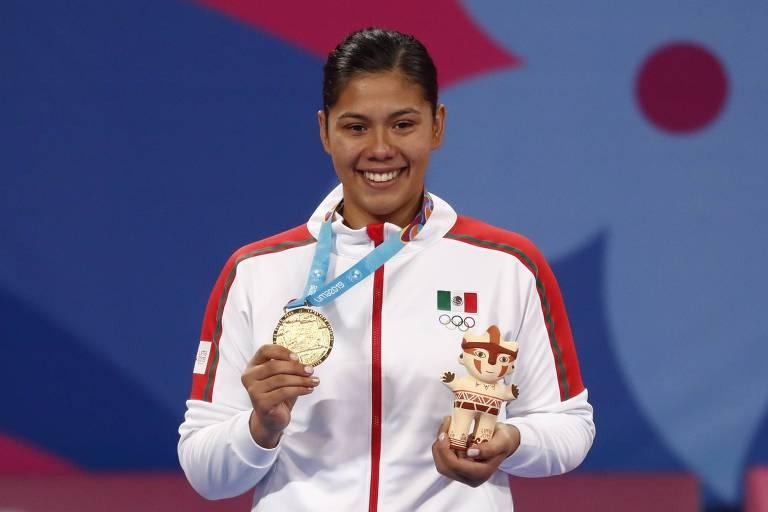 A mexicana Briseida Acosta no pódio após ganhar o ouro na categoria acima de 67 kg do taekwondo nesta edição dos Jogos Pan-Americanos