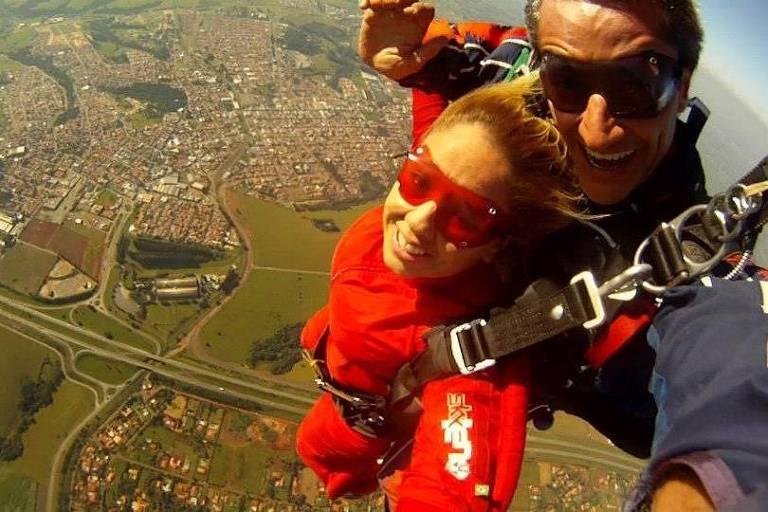 Gaby Almeida faz salto de paraquedas em Boituva