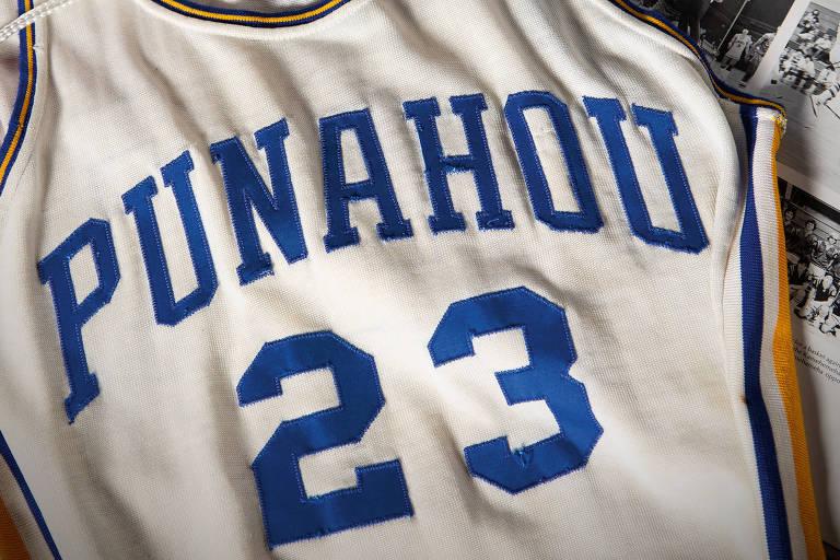 Camisa de basquete que se acredita ter sido usada pelo ex-presidente dos EUA Barack Obama como estudante do ensino médio em Honolulu