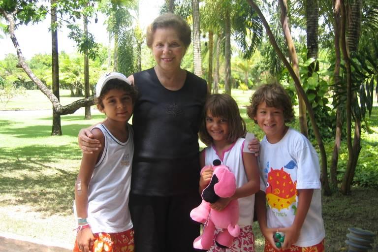 Maria Aparecida e os três bisnetos