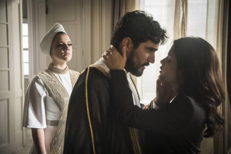 Jamil (Renato Goes) e Laila (Julia Dalavia) diante de Dalila (Alice Wegman)