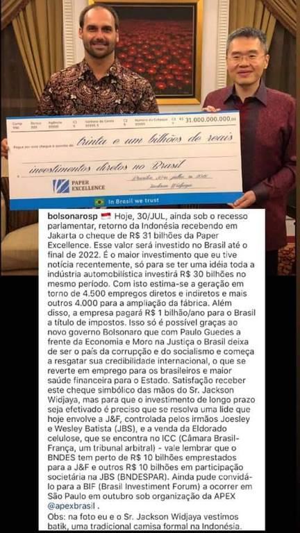 """Eduardo Bolsonaro publica foto ao lado de Jackson Widjaja, dono da Paper Excellence, segurando um """"checão"""" simbólico de R$ 31 bilhões"""
