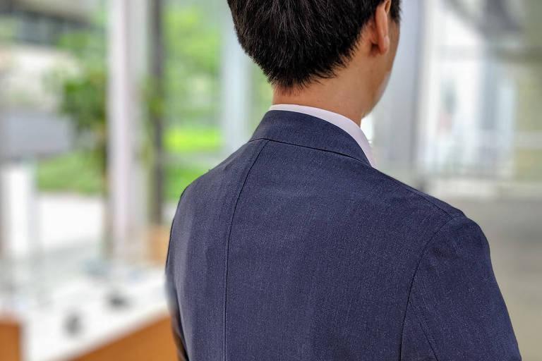 Aparelho tem 2 cm de espessura e pode ser usado embaixo do paletó ou camisa