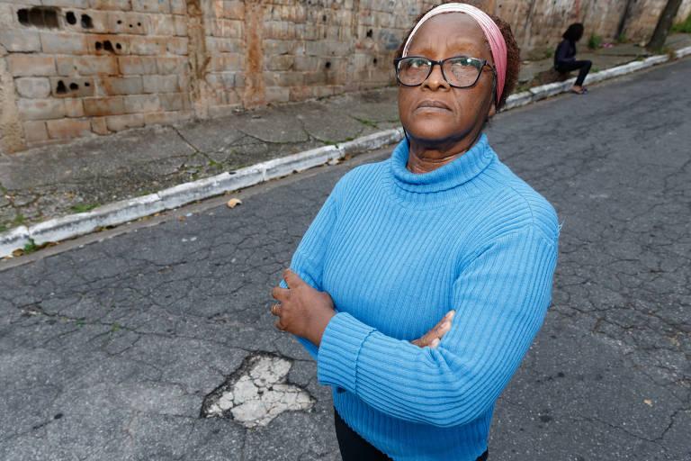 """Célia da Costa Ventura, 72 anos, de Itaquera (zona leste), reclama da falta de manutenção da rua onde mora. """"Tem buraco para todo lado"""", diz."""