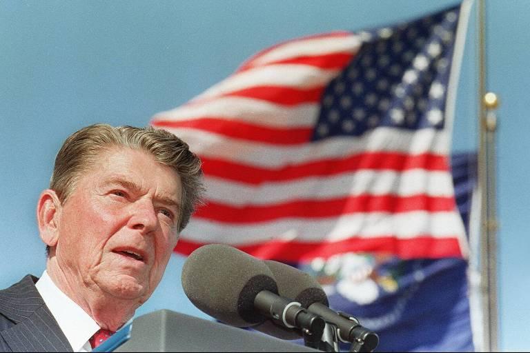 O ex-presidente Ronald Reagan discursa durante inauguração da biblioteca que leva seu nome na Califórnia