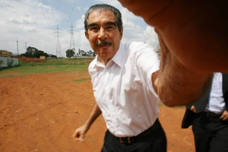 O empresário Nenê Constantino dá tapa na câmera do repórter-fotográfico Alan Marques, da Folha de S.Paulo, ao chegar para depor em inquérito sobre esquema de desvio público no Distrito Federal em outubro de 2007