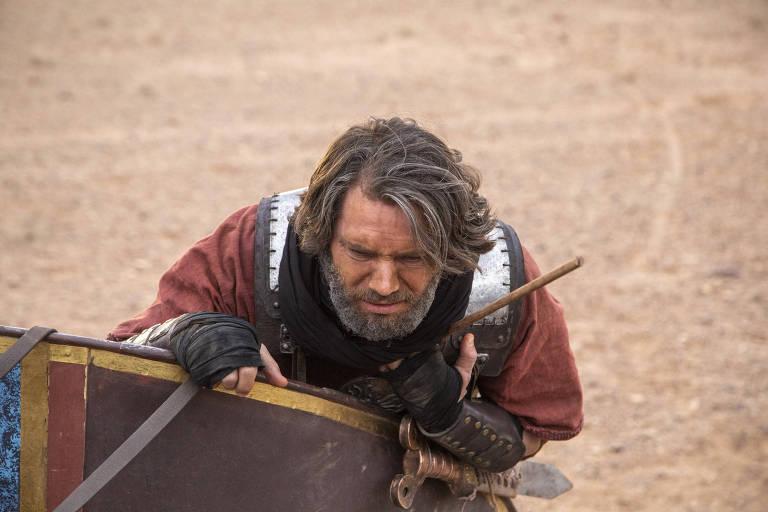 Rei Acabe é atingido por uma flecha no meio do combate contra os sírios