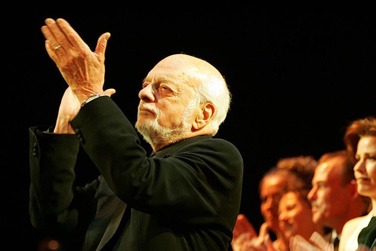 """O produtor e diretor de musicais Hal Prince aplaude a apresentação de """"O Fantasma da Ópera"""" que marcou sua consagração como o mais longevo da Broadway"""