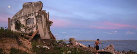 IGUAPE, SP. 27/04/2018. Menino brinca em meio a escombros de casas e árvores destruídas na Praia do Leste em Iguape no litoral sul de São Paulo. A praia vem sendo destruída pela erosão marinha agravada pelas ressacas que atingem a região. ( Foto: Lalo de Almeida/ Folhapress ) CIÊNCIA  *** EXCLUSIVO FOLHA*** *** Lalo Litoral tratadas *** ORG XMIT: AGEN1805302146902173