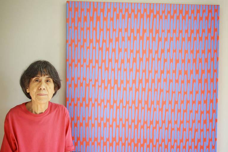 Sachiko Koshikoku ao lado de uma de suas obras