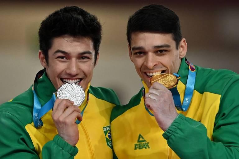 Arthur Nory ao lado de Francisco Barretto com suas medalhas de prata e ouro, respectivamente, na barra fixa