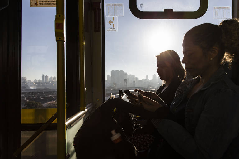 Passageiros durante trajeto entre o terminais Sacomã e Parque Dom Pedro, em São Paulo