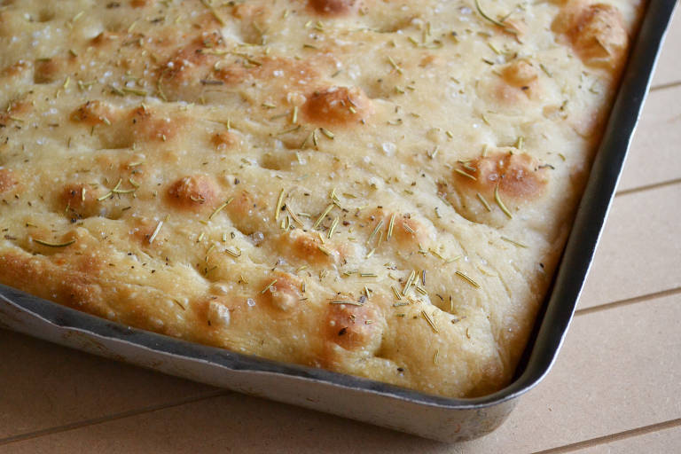 Receita de focaccia, pão achatado italiano, leva algumas horas de preparo
