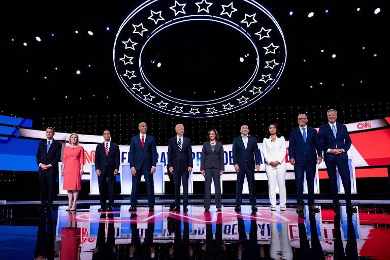 Candidatos democratas no debate de quarta à noite; da esq. para a dir, Michael Bennet, Kirsten Gillibrand, Julian Castro, Cory Booker, Joe Biden, Kamala Harris, Andrew Yang, Tulsi Gabbard, Jay Inslee e Bill de Blasio