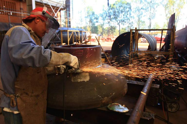 Trabalhador no setor de montagem e solda de componentes para caldeiras em Sertãozinho