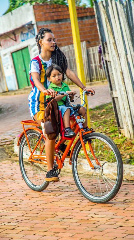 Gleici Damasceno será Sandra no filme ''Noites alienígenas'' . O filme apresenta roteiro narrativo sobre três jovens, amigos de infância, que se afastam pelas realidades sociais e voltam a se encontrar pelas periferias de Rio Branco (Acre), cidade amazônica. Na foto Gleici e Enzo