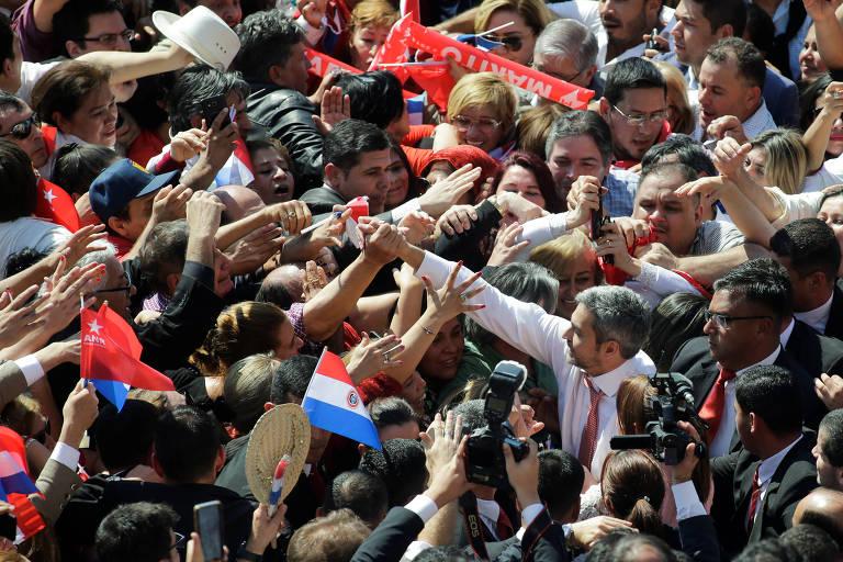 O presidente do Paraguai, Mario Abdo Benítez, cumprimenta apoiadores em Assunção