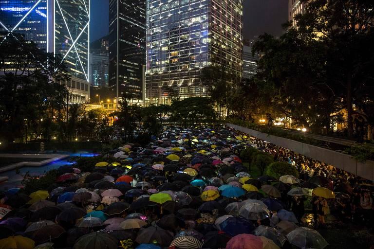 Manifestantes participam de protesto no centro financeiro de Hong Kong na quinta (1º)