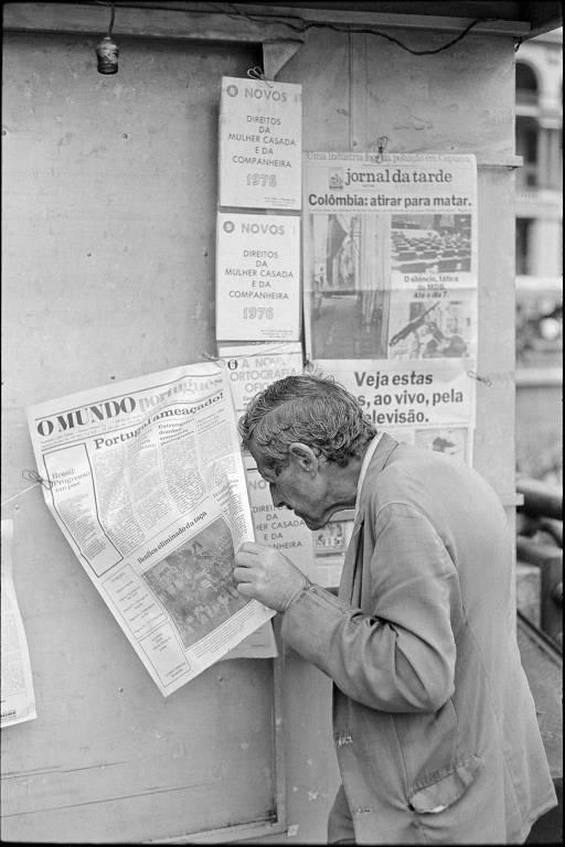 homem fuça em jornal