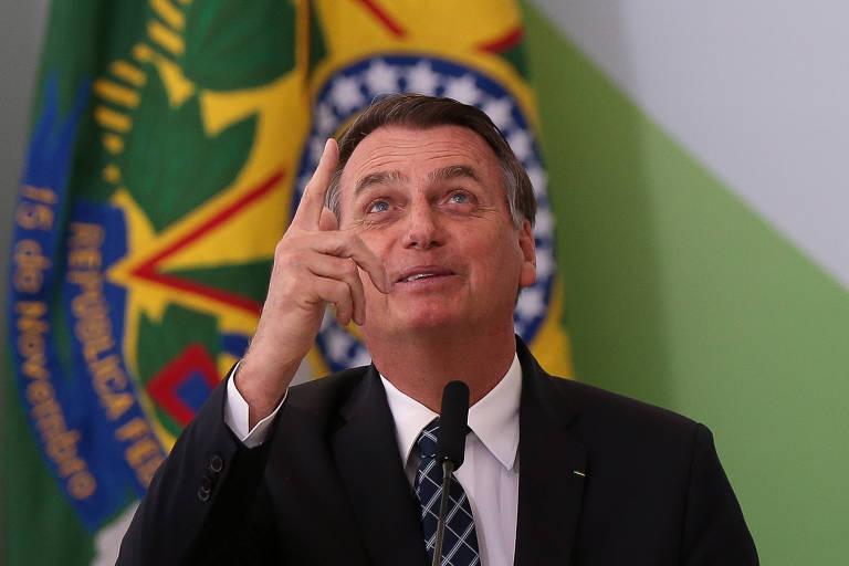 Bolsonaro participa de cerimônia no Palácio do Planalto nesta quinta (1º) para lançar o programa Médicos pelo Brasil