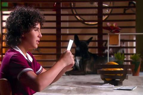 João recebe carta da mãe em 'As Aventuras de Poliana'