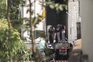 Funcionários retiram corpo de caminhão frigorífico no IML de Altamira