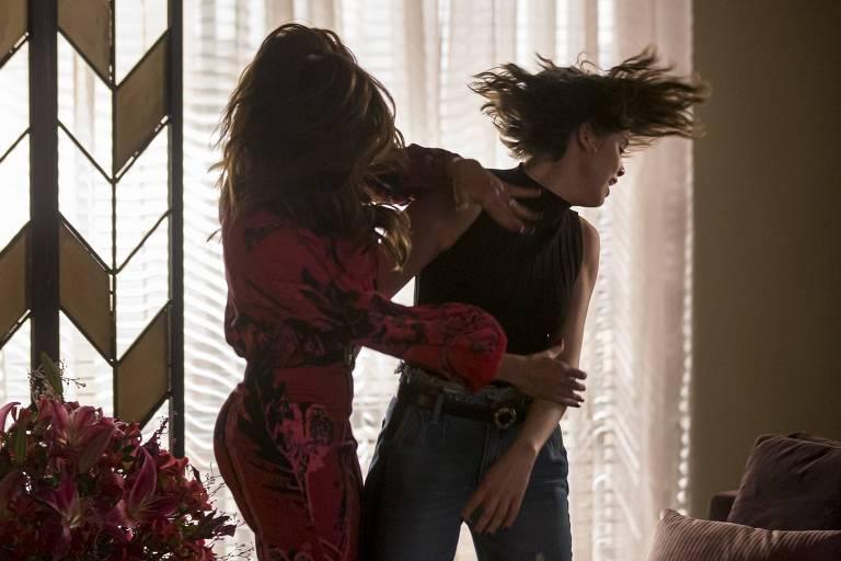 Maria da Paz (Juliana Paes) estapeia Josiane (Agatha Moreira)