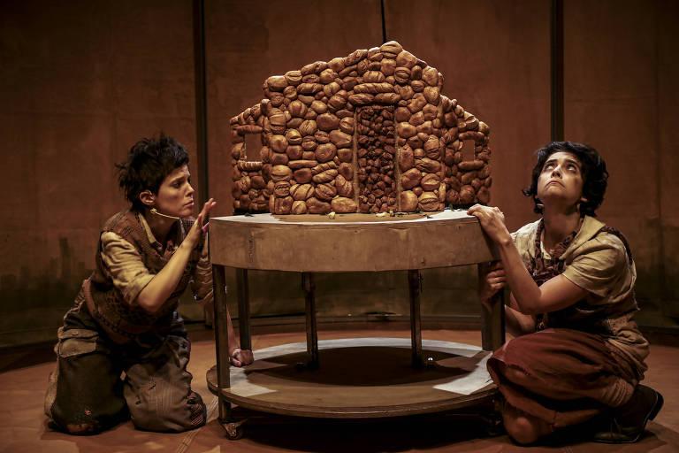 Cena da peça 'A Travessia de Maria e Seu Irmão João', que usa a linguagem do teatro de bonecos