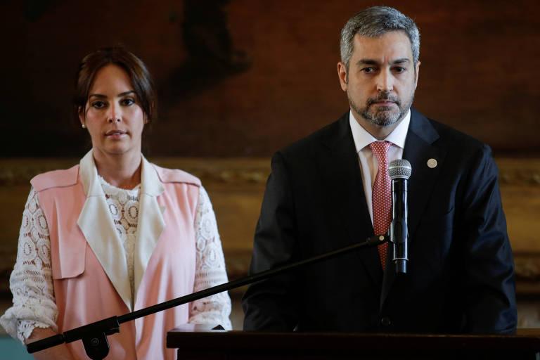 O presidente do Paraguai, Mario Abdo Benítez, faz pronunciamento ao lado da mulher, Silvana Lopez Moreira, no Palácio de los López, em Assunção