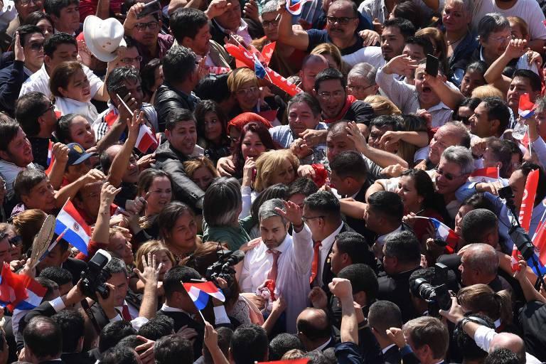 Mario Abdo Benítez, cercado de apoiadores, após fazer pronunciamento em Assunção