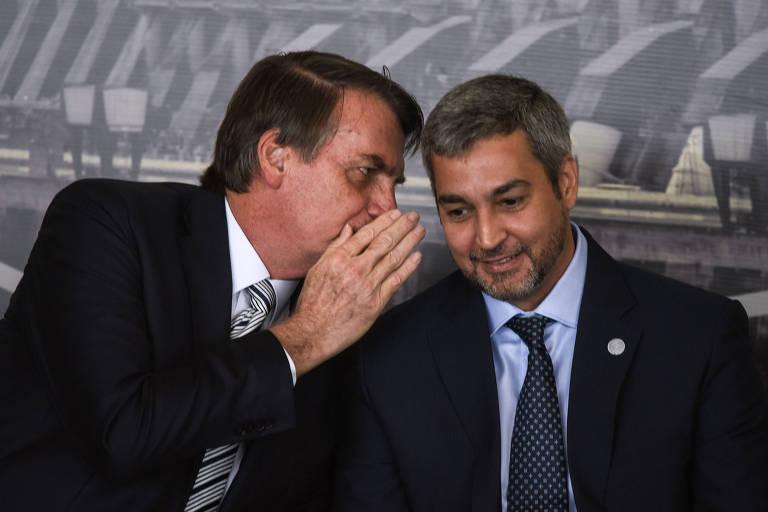 Os presidentes do Brasil, Jair Bolsonaro, e do Paraguai, Mario Abdo Benítez, conversam durante a posse de Joaquim Silva e Luna em Itaipu, em fevereiro