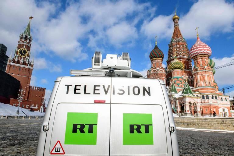 Veículo do canal russo RT estacionado do lado de fora da Catedral de São Basílio, próxima à praça Vermelha, em Moscou