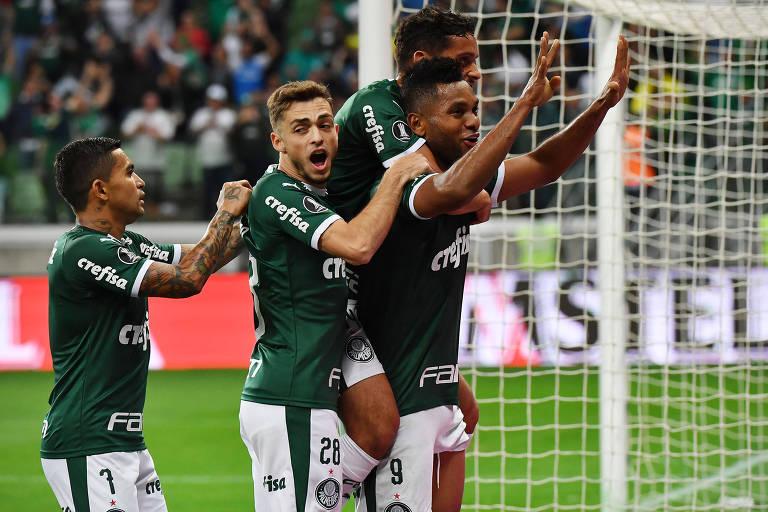 Dudu, Hyoran, Gustavo Scarpa e Borja celebram gol durante vitória do Palmeiras sobre o Godoy Cruz, pelas oitavas de final da Libertadores