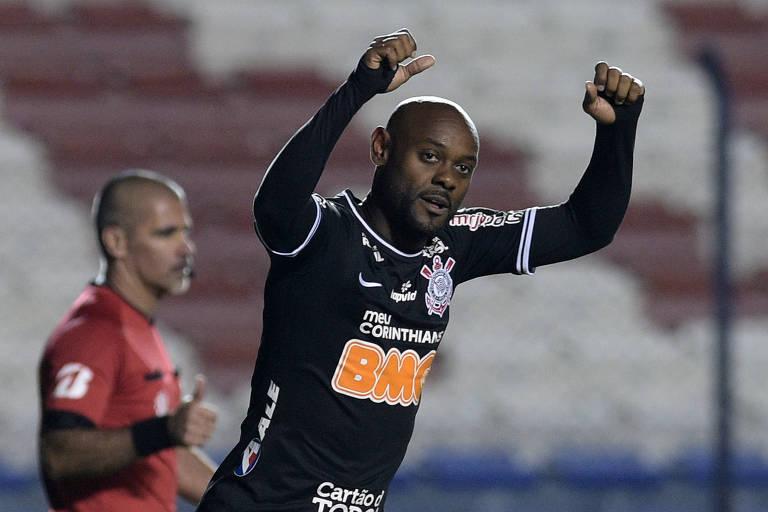 O atacante Vagner Love comemora um de seus dois gols na vitória do Corinthians por 2 a 1 sobre o Montevideo Wanderers pela Copa Sul-Americana