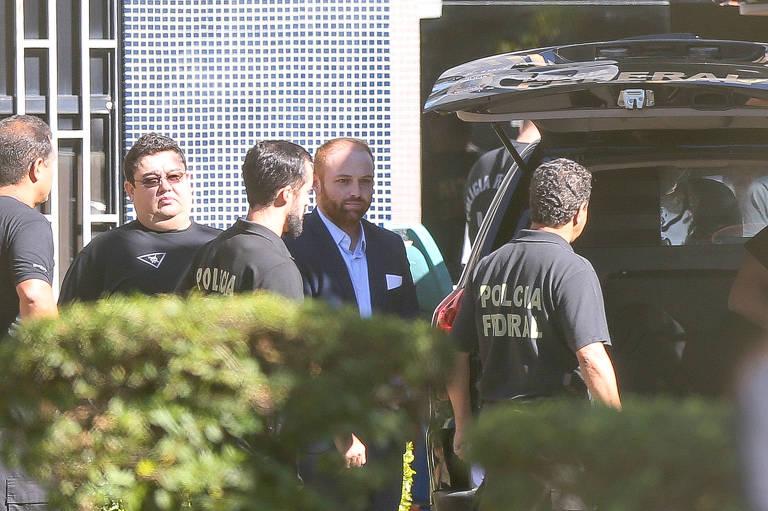 Walter Delgatti Neto (no meio, de camisa clara e blazer escuro) no dia em que foi levado da carceragem da PF para a 10ª Vara para prestar depoimento