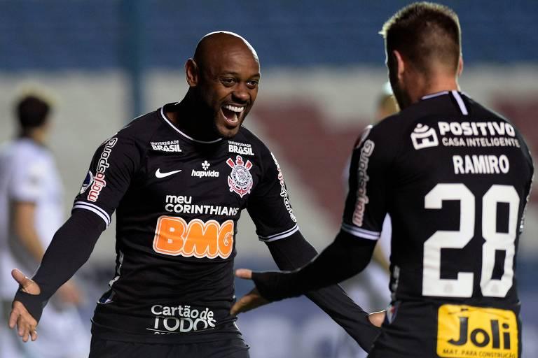 Vagner Love comemora com Ramiro após marcar o primeiro dos seus dois gols no Montevideo Wanderers, no Uruguai