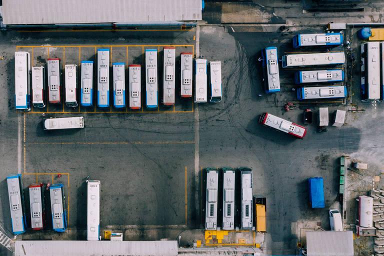 Vista aérea de uma garagem de onibus