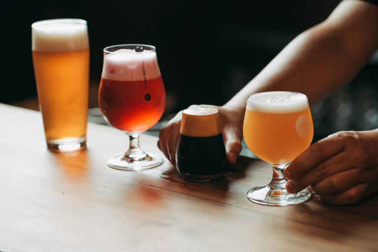 Diferentes tipos de cervejas sobre uma mesa