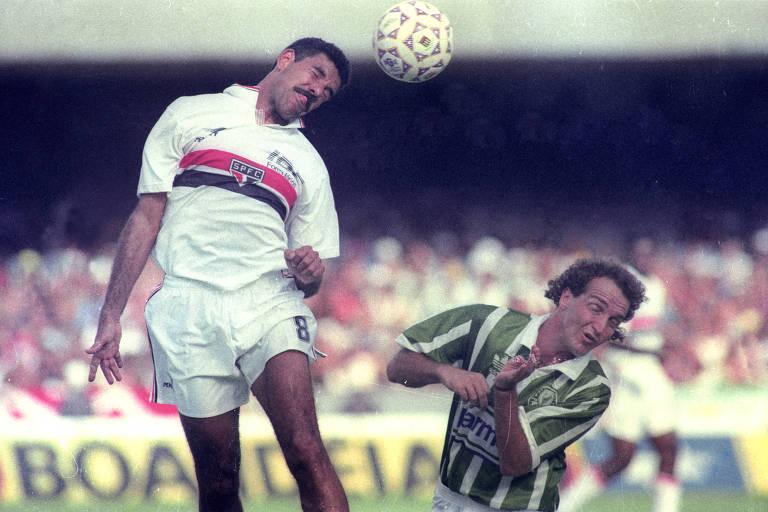 Cerezo sobre mais que o palmeirense Cuca e cabeceia a bola na final do Paulista de 1992