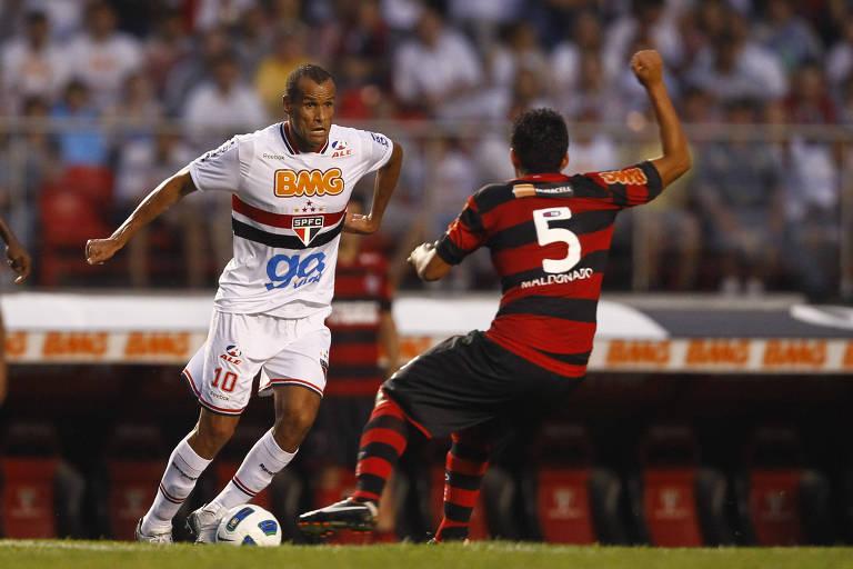 Rivaldo encara a marcação em jogo contra o Flamengo, pelo Brasileiro de 2011