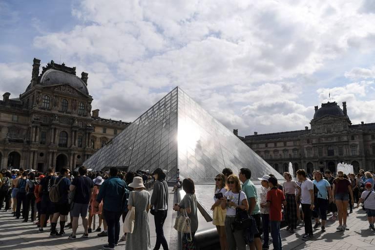 Fila de turistas para visitar o Louvre no dia 19 de julho