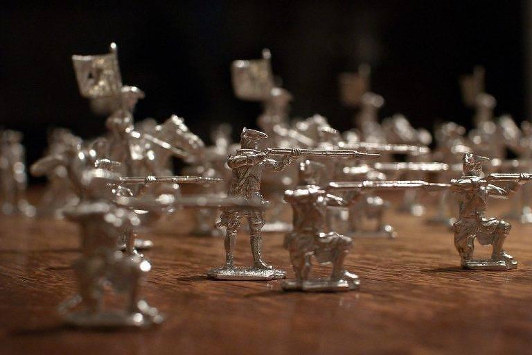 Soldadinhos de chumbo da era de Karánsebes em cima de uma mesa de madeira