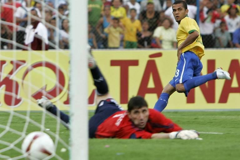 Daniel Alves vê seu chute entrar na final da Copa América de 2007, contra a Argentina