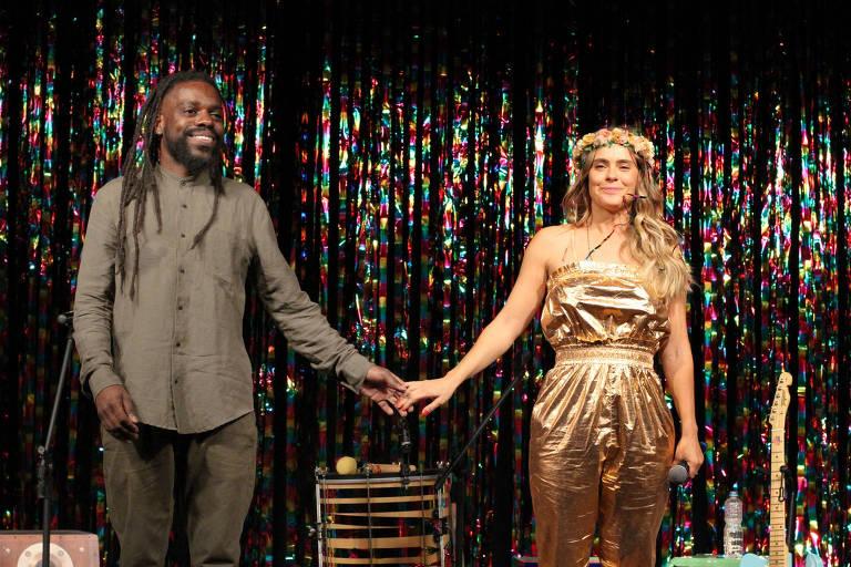Feyjão e Carolina Dieckmann no espetáculo 'Karolkê'