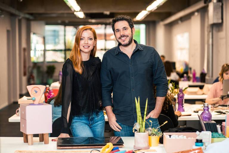 Homem e mulher em escritório, sorrindo
