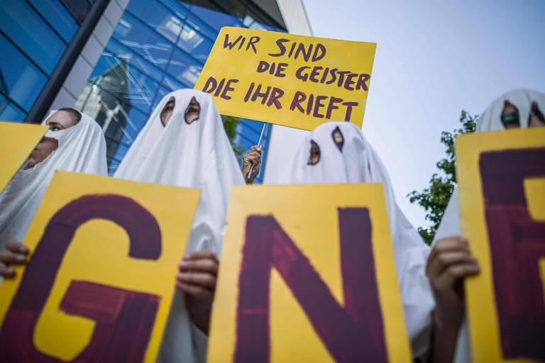 Manifestantes se vestem de fantasma para protestar contra a Deutsche Wohnen, uma das maiores imobiliárias da Alemanha