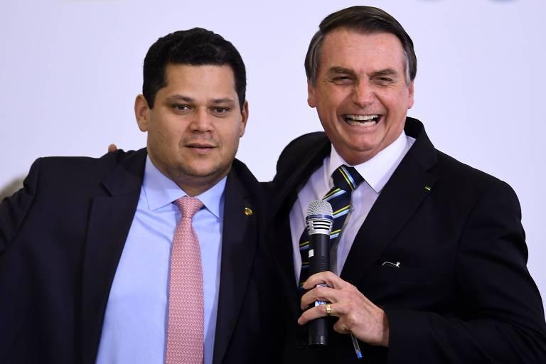 O presidente Jair Bolsonaro ao lado de Davi Alcolumbre, presidente do Senado