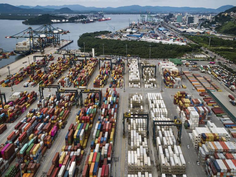 Vista geral de contêineres do BTP (Brasil Terminal Portuário) no porto de Santos (SP)