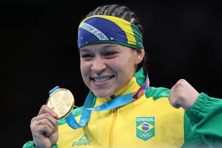 A boxeadora brasileira Bia Ferreira celebra o ouro conquistado no Pan de Lima-2019 na categoria até 60 kg