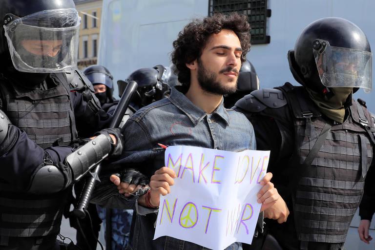 Manifestantes são detidos durante protesto na Rússia neste sábado (3)